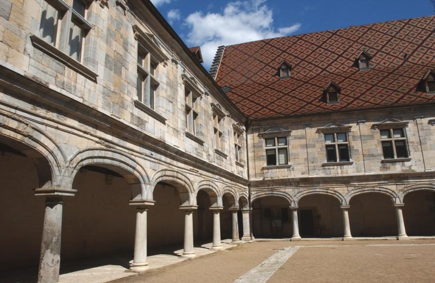 Palais Granvelle Cour-du-musée-du-Temps-2.jpg