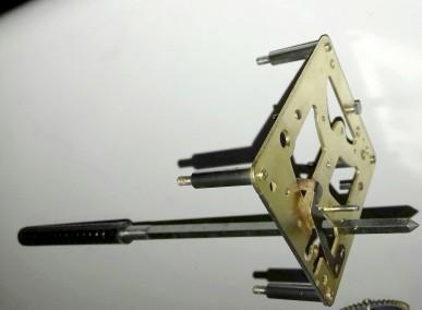 10 avec un équarrissoir on agrandi le trou ovalisé jusqu'à obtenir un rond parfait, attention de na pas dépasser le diamètre du bouchon sinon trop tard
