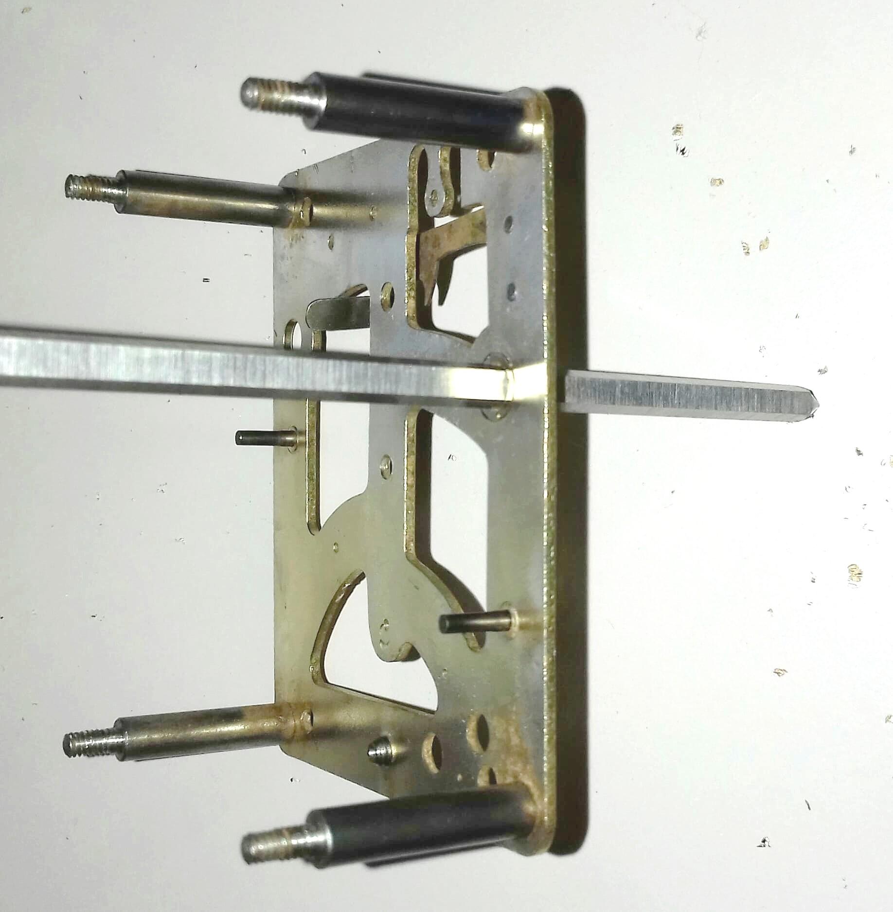 14  avec un autre équarrissoir on agrandi le trou du bouchon afin d'être au diamètre du pivot de l'axe du barillet (Attention le trou du bouchon doit être impérativement de diamètre inférieur au diamètre du pivo.jpg