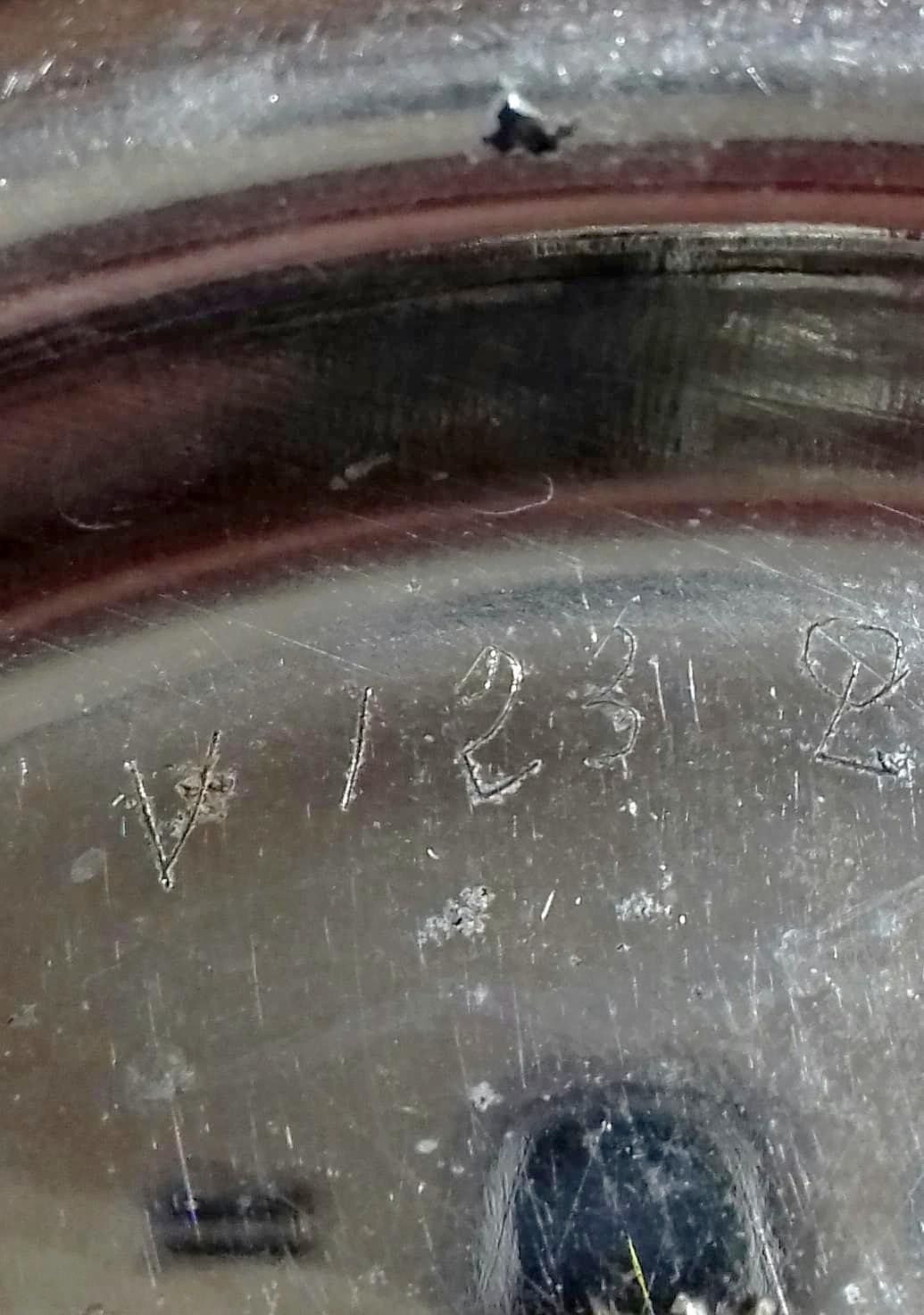 une signature d'horloger (V 123 Q) cela veut dire qu'il à été vendu en janvier 1923