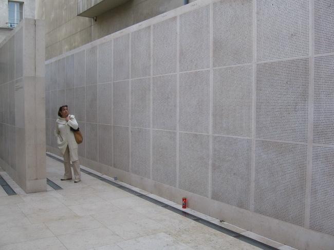 Famille-devant-le-mur-des-noms-Mémorial-de-la-Shoah-Paris