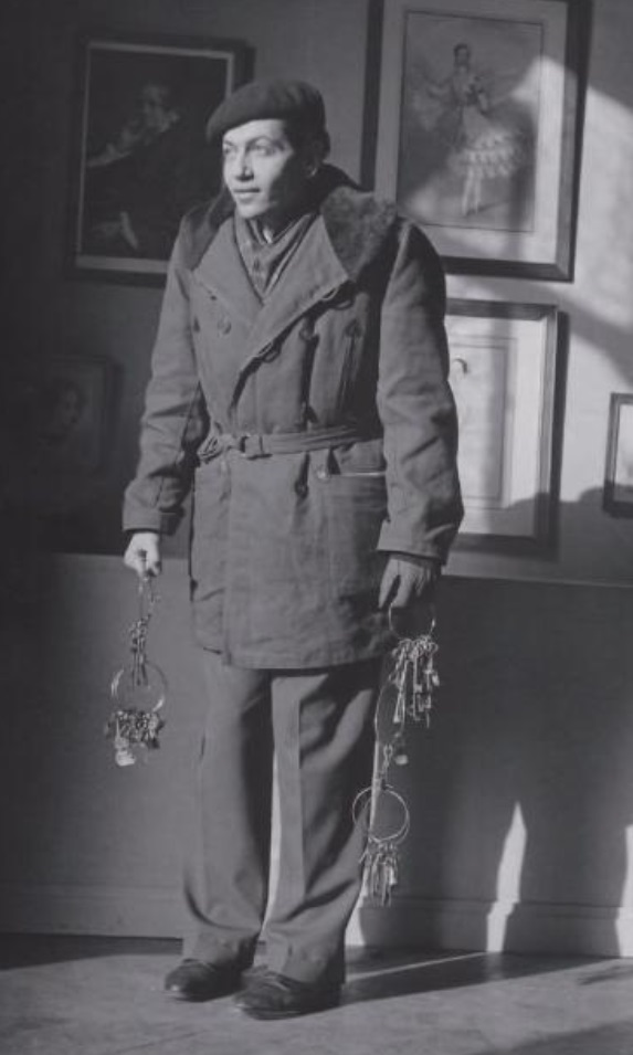 Serge Lifar avec les clefs de l'opéra de Paris en 1940