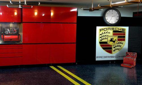 9-garage-porsche-HORLOGE-JAZ-au-dessus-du-paneau-Porsche-copie_2495_1500-500x301