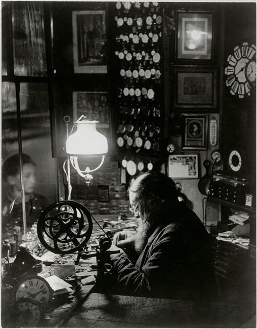 l'horloger de la rue Dauphine par Brassaï 1932-1933