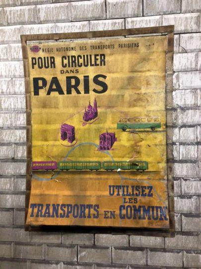 decouverte-des-affiches-du-metro-des-annees-1950-a-la-station-trinite-d-estienne-d-orves-1