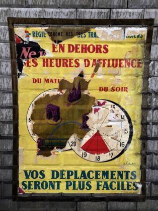 decouverte-des-affiches-du-metro-des-annees-1950-a-la-station-trinite-d-estienne-d-orves-2