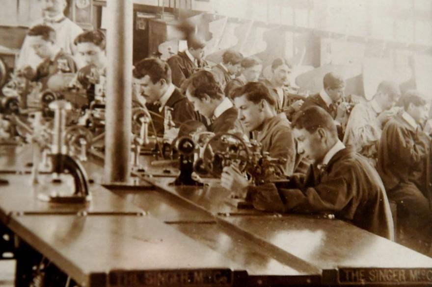 a-l-ecole-d-horlogerie-de-cluses-en-1911-avec-au-premier-plan-un-tour-manuel-tandis-que-les-eleves-travaillent-sur-un-tour-electrique-de-decolletage-1538384351