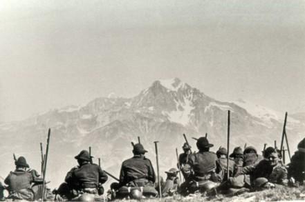 """""""Alpini"""" devant la Dent Parachée en Maurienne."""