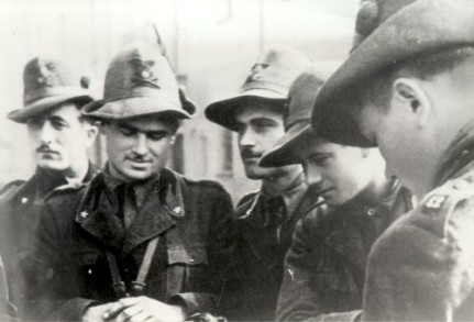 """Groupe d'""""Alpini"""" coiffés du traditionnel chapeau à plume."""