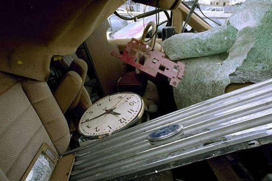 Une horloge, qui s'est produite l'heure de l'explosion au World Trade Center, se trouve dans l'épave d'un véhicule sur un terrain de Brooklyn, le 9 mars 1993.