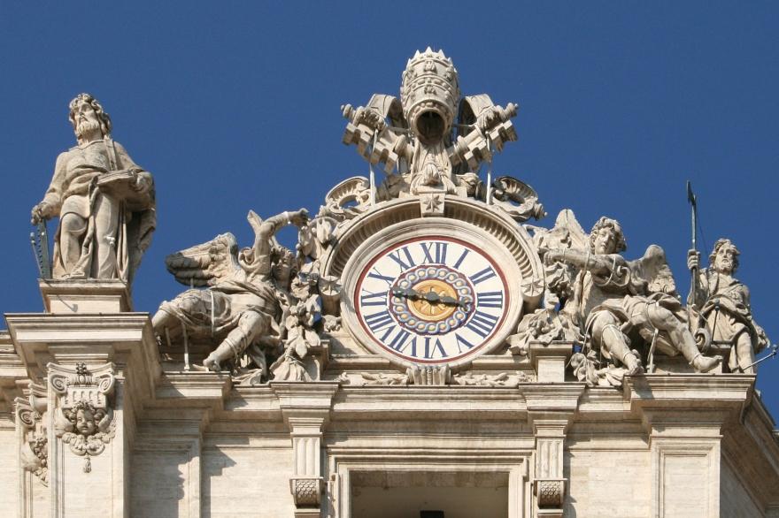 0_Horloge_et_Statue_St-Simon_-_Côté_droit_façade_St-Pierre_(Vatican)