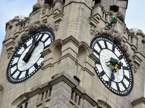 Workmen-put-back-the-hands-of-the-World-famous-Liver-Building-Clock-face-Picture-Jason-Roberts