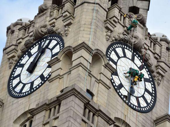 Workmen-put-back-the-hands-of-the-World-famous-Liver-Building-Clock-face-Picture-Jason-Roberts